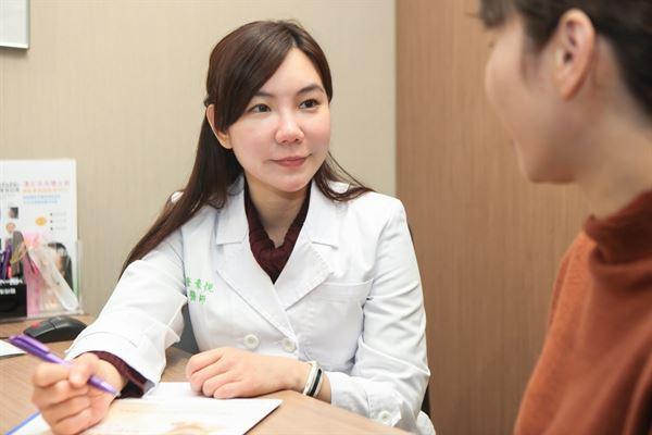 唐豪悅醫師表示,臨床常見因使用到不當的保養品和洗面乳,皮膚受刺激而發炎,引起酒糟性皮膚炎的案例。(圖片提供/唐豪悅醫師)