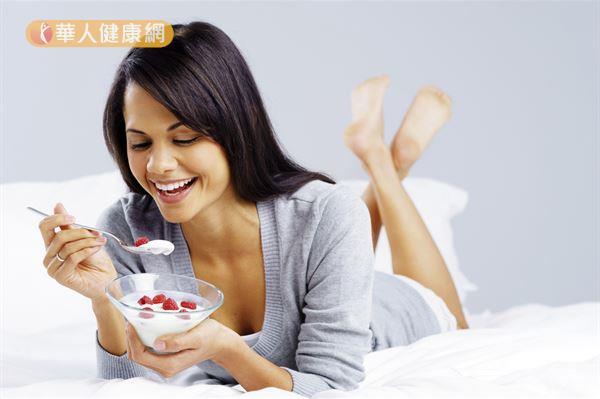 睡前不吃東西,腸胃蠕動較慢,胃酸分泌量較少,適合補充益生菌。