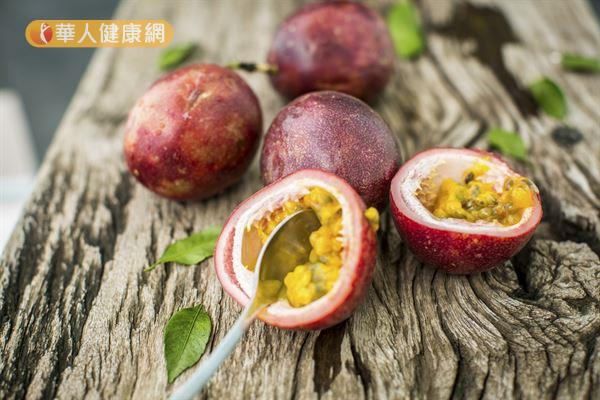 百香果含有豐富營養,但其種子不易消化,胃功能不良者應避免食用。