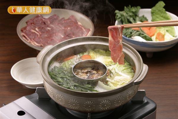 秋天已出現手腳冰冷症狀的人,吃羊肉爐進補時應將中藥湯底換成生薑蔬菜湯。