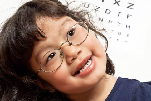 学龄前的儿童因视力发展尚未成熟,如果头发浏海过长,长期遮住眼睛,恐