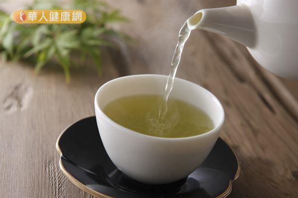 研究指出,綠茶中的兒茶素能加速基礎代謝率、增加熱量的消耗,還能抑制脂肪形成。