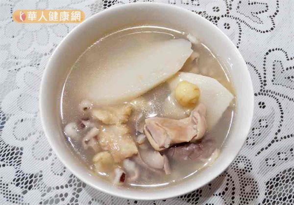 四神湯(如圖)藥膳食療,可輔助尿失禁婦女健脾補氣虛。