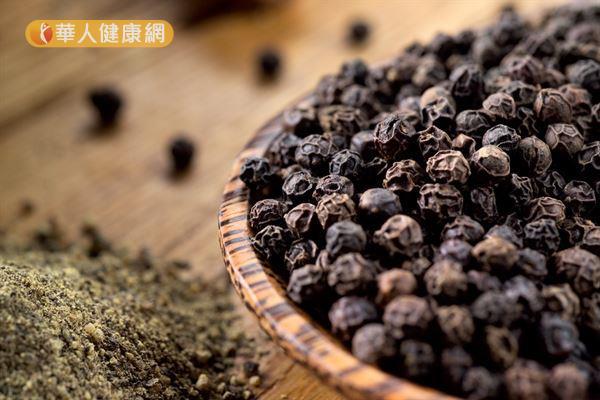 「黑胡椒」的果皮呈黑褐色,將未成熟的胡椒樹果實摘下後直接烘乾即成。
