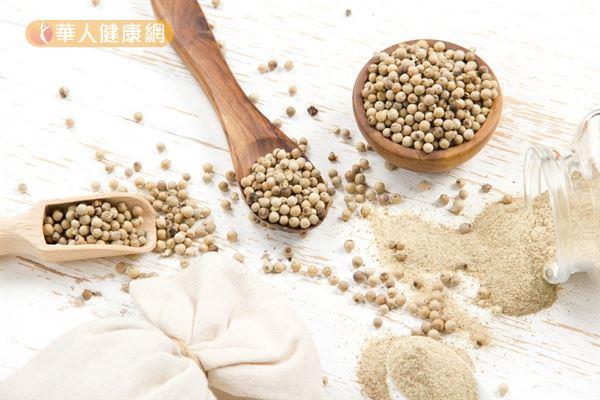 白胡椒的藥用價值較大,可用於改善女性白帶異常及癲癇症,其促發汗的效用也有助於改善風寒型感冒。