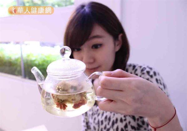 要預防過敏性結膜炎,應少吃早熱食物,可用菊花與烏梅泡茶抗過敏。