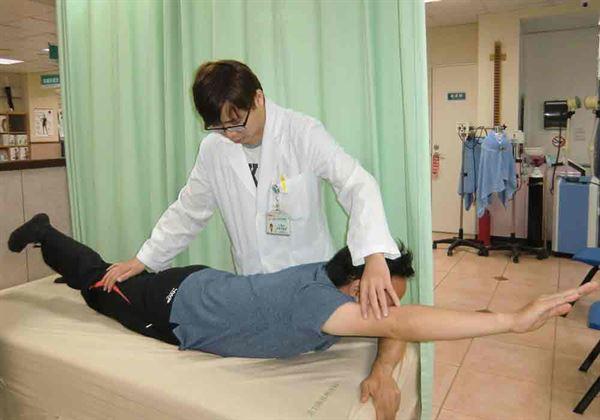 第2式:俯臥。復健科醫師尤政中指導。(圖片提供/活力得中山脊椎外科醫院)