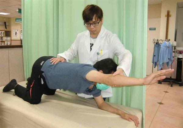 第3式:趴跪姿。復健科醫師尤政中指導。(圖片提供/活力得中山脊椎外科醫院)