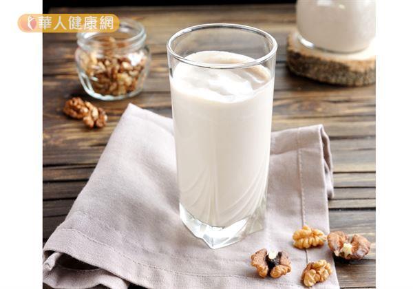 「核桃山藥豆奶」材料有核桃7公克(2粒)、山藥100公克、豆漿260毫升、全脂鮮奶120毫升。