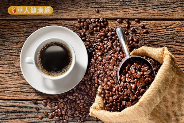 咖啡中所含有的咖啡因成分,有刺激人體交感神經作用、輕度促進血管收縮的效果。再加上,飲品的熱度及配戴口罩的動作,有利於鼻腔保持濕潤通暢。