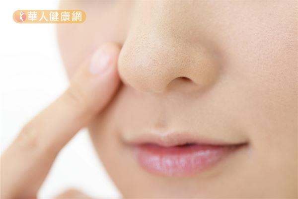 善用中醫穴位原理,適度揉按位於臉部的睛明穴、迎香穴,來促進局部血液循環、刺激鼻肉組織收縮。接著戴上口罩,保持呼吸道溫暖通順,亦有利於鼻腔內的分泌物排除。