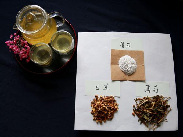 「夏日清涼飲」所用的藥材是滑石、甘草和薄荷。(圖片提供/花蓮慈濟醫院)