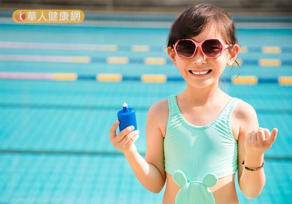別以為躲進水裡,就能避免曬黑。事實上,紫外線可以穿透水面達60公分深。所以,游泳、戲水時更要塗上具有抗水性(Water resistant)的防曬產品。