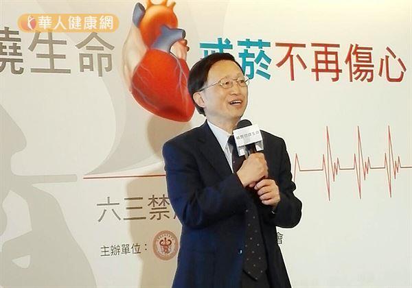 中華民國心臟基金會理事長林俊立表示,國健署調查發現,18-20歲的國人吸菸率達7.8%。越早吸菸代表菸齡也將拉長,恐增血管惡化風險。(攝影/黃曼瑩)