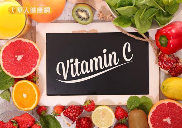 建議民眾日常飲食應充分攝取天然蔬菜、水果等富含維生素C的食物,來修補破損的口腔黏膜。