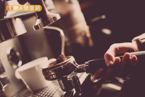從生化代謝的機轉角度來看,咖啡因有減少體脂肪的作用,可進而降低前列腺素濃度,預防或舒緩經痛。