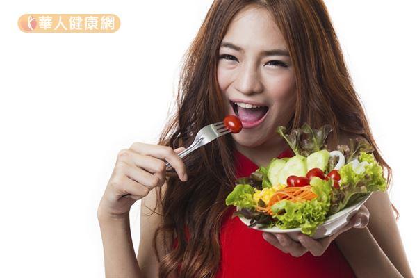 多吃富含膳食纖維的蔬菜跟水果,有助減少心血管相關疾病的發生。