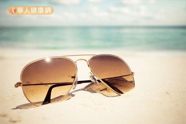 去海邊、沙灘玩,別忘了配戴一副抗UV400的偏光鏡片,保護眼睛。