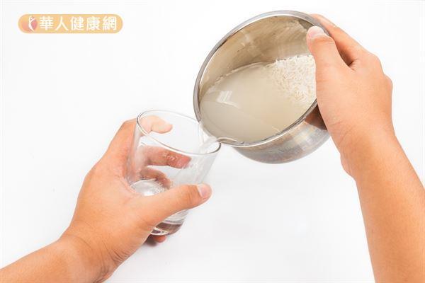 栗生隆子表示,米發酵水中含有大量的乳酸菌,飲用後的顧腸效果更好。