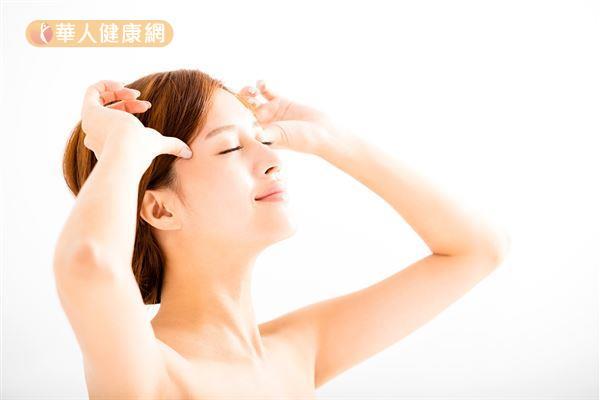 簡單的按摩有助於增加眼部血液循環,有助於舒緩眼睛疲勞。