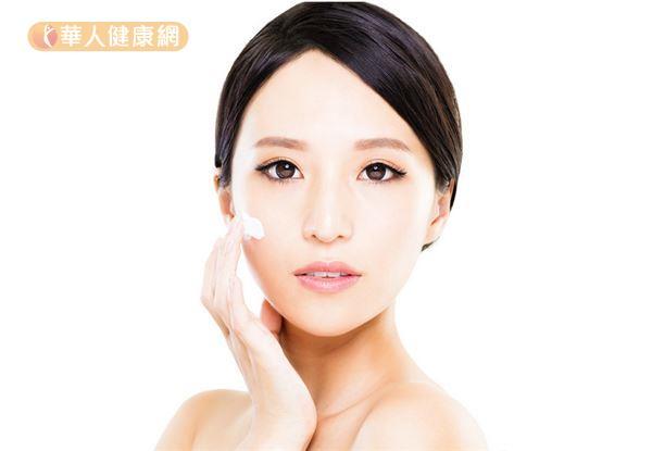 雷射術後可以視塗抹範圍或個人情況,選擇適當的乳液或乳霜,加強肌膚保濕。