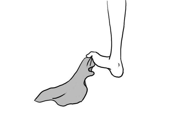 採站姿,左右腳互相抓取毛巾,垂直往上抬30cm左右。左右各進行10次左右。(圖片/世茂出版社提供)
