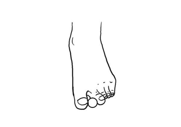 用腳趾抓住彈珠或是玻璃球移動,也可以用腳趾抓住窗簾下擺。過程中不可以使用到膝蓋或是整個足部。(圖片/世茂出版社提供)