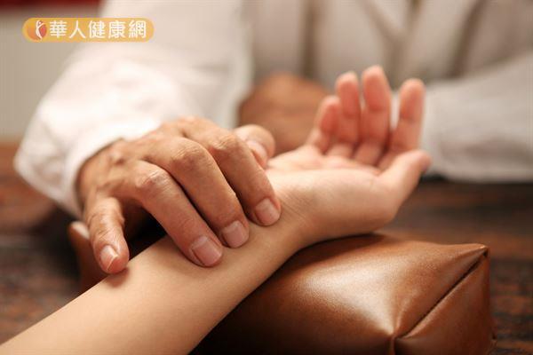 中醫治療更年期症候群以「滋腎」和「疏肝」為主,並依每個人症狀不同而加以調治。