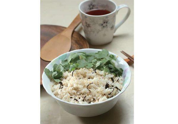 芳香米茶拌飯的材料有香菜30公克、米飯300公克、泡過的茶葉3~5小片、鹽1/2小匙、粗磨胡椒少許、芝麻油2小匙、白芝麻2大匙。(圖片/大是文化提供)
