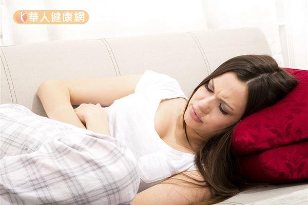女性經期異常出血、痛經、急性腹痛或解便、排尿不順都可能是子宮肌瘤症狀。