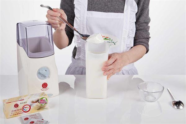 只要準備簡單的優格機1台、優格菌1包、鮮奶1公升,就可以輕鬆自製安心、無負擔的原位優格。