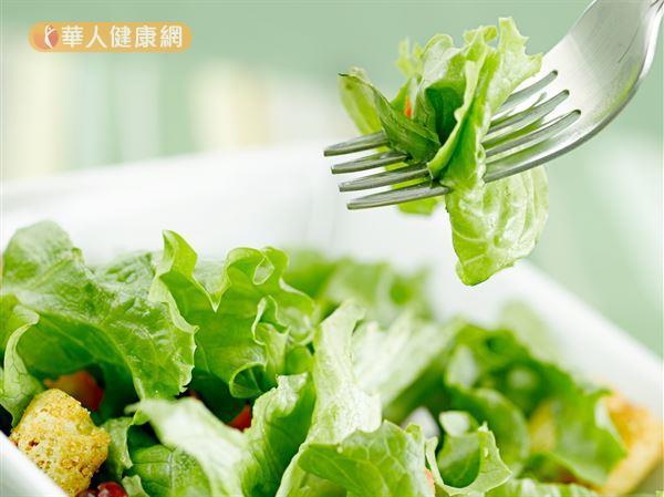 葉黃素多存在於萵苣、菠菜等綠色植物,這些植物的屬性偏寒涼,腸胃虛弱者不宜多吃。