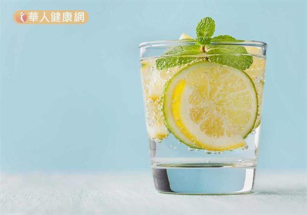 飲用水中適度加上一片檸檬,更能刺激唾液分泌;幫助減少因鼻塞、口乾或口腔內殘餘食物,引起厭氧菌大量滋生,而產生異味。