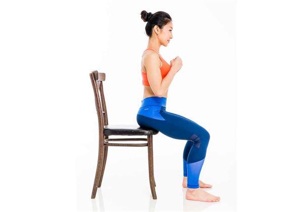找一張辦公室或家裡就有的椅子,坐在椅子上,保持脊椎拉長,膝蓋、腳尖與髖部同寬。(圖片/三采文化提供)