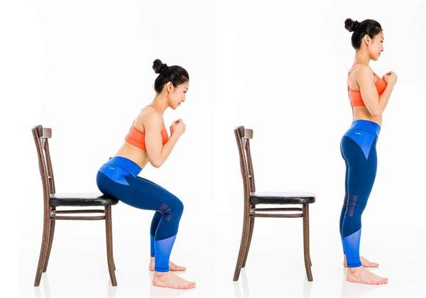 起身時,把身體微微往前傾,臀部做出髖前傾的動作,站起。(圖片/三采文化提供)