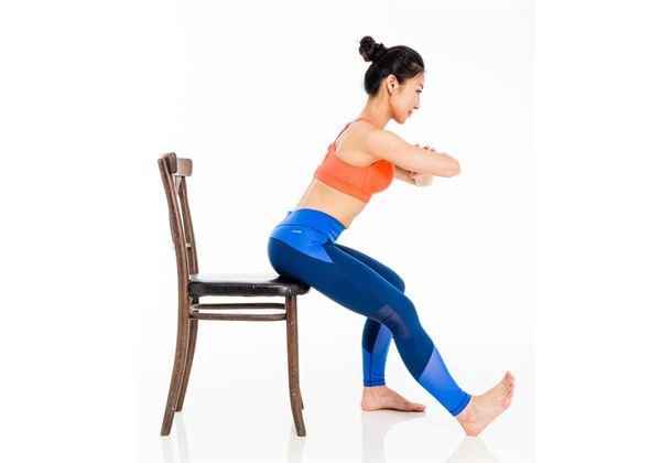坐在椅子上,手放於胸前,目的是避免之後的動作靠手來借力。(圖片/三采文化提供)