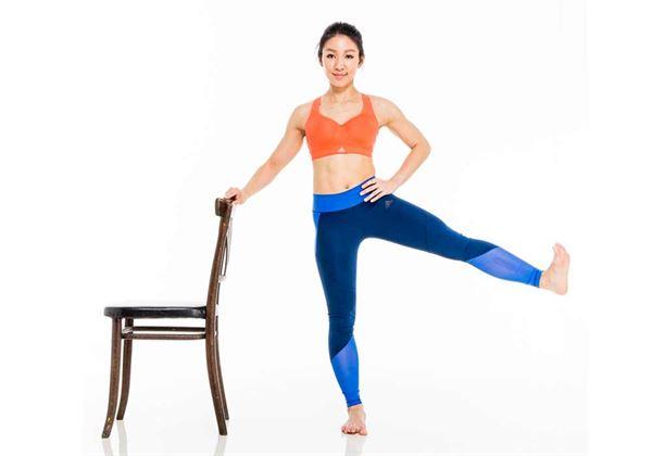 收緊核心肌群,將腿往側面抬高10~20次。(圖片/三采文化提供)