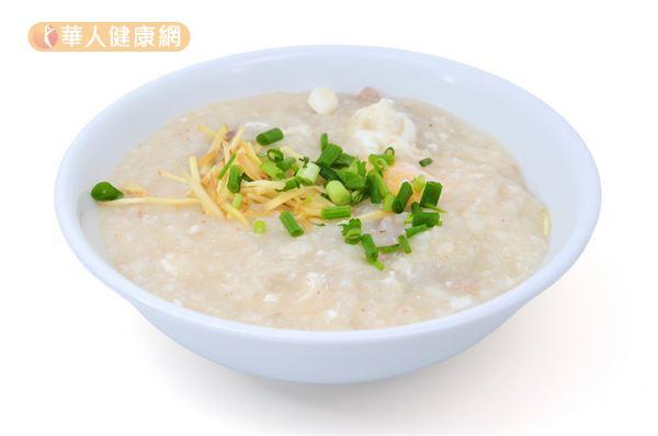 許多民眾胃痛時,只吃清淡的稀飯、白粥、白吐司等食物,忽略了蛋白質、維生素與礦物質的補充。