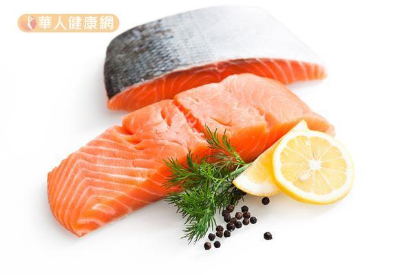 長期處於高壓環境的人,可以適量增加Omega-3脂肪酸的攝取量,來源包含鯖魚、鮭魚、鮪魚、核桃等,有助於緩和體內發炎症狀。