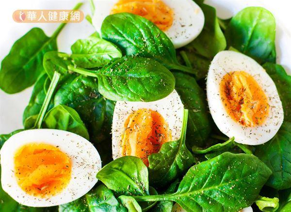 單純因緊張、壓力引起胃痛時,可以吃雞蛋、豆腐、魚肉等優質蛋白質食物,以及煮熟的軟嫩葉菜類,像是菠菜、地瓜葉等,補充維生素與礦物質。