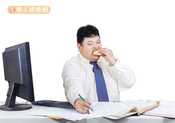 上班族長期在冷氣房內,久坐不動,飲食不控制,容易肥胖纏身。