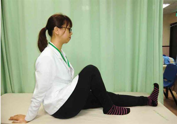 下肢滑行運動(如圖):維持下肢關節活動度。(圖片提供/活力得中山脊椎外科醫院)