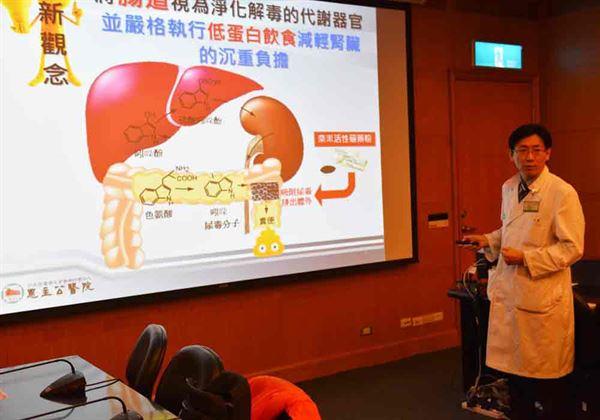 張嘉峰主任強調(右),若輕忽延宕病情,導致腎臟病轉為末期,最後也只有洗腎與換腎2條路可選擇。(圖片提供/恩主公醫院)