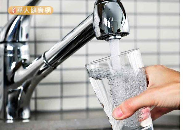 多喝水能改變體內毒素,幫助遠離環境荷爾蒙。