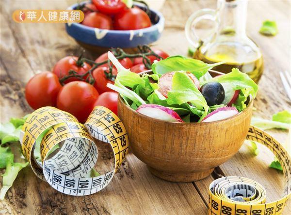 用極低熱量減重法或者以飢餓節食的方法來減重,剛開始體重會下降,但很快也會面臨減重停滯期的問題。