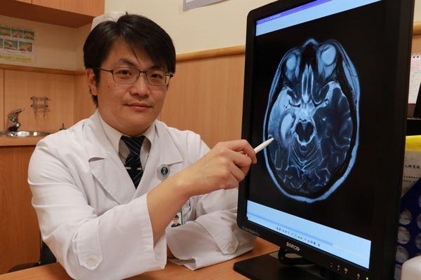 神經內科林書漢醫師說明劉小姐腦部核磁共振畫面。(圖片提供/台中慈濟醫院)