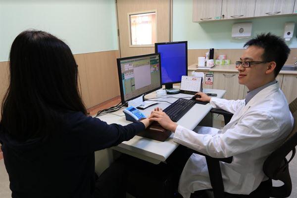亞洲大學附屬醫院中醫科主治醫師王崧表示,痤瘡的發生與飲食、季節,和生活習慣有關。(圖片提供/亞大醫院)
