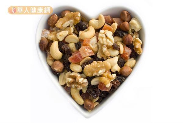 堅果、五穀類及深綠色蔬菜中含有微量元素鎂及維生素A、C及纖維。