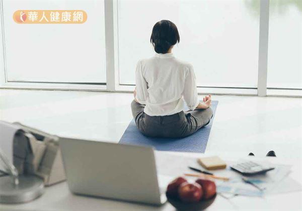 配合腹式呼吸「吸鬆吐收」來導引力氣,氣力越緩和越有燃脂效果。