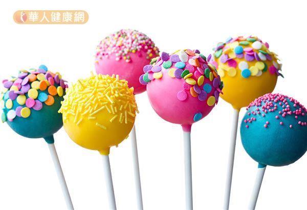看到紅色、綠色、黃色、紫色、藍色等各式各樣的彩色糖果,孩子們既開心又很想吃,而這些顏色大多是來自著色劑。